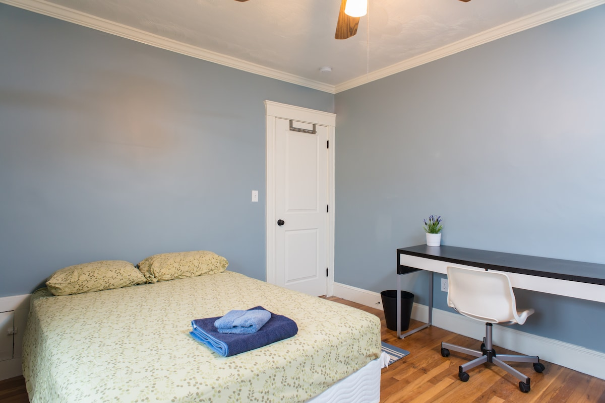 Room in renovated apartment (Full)