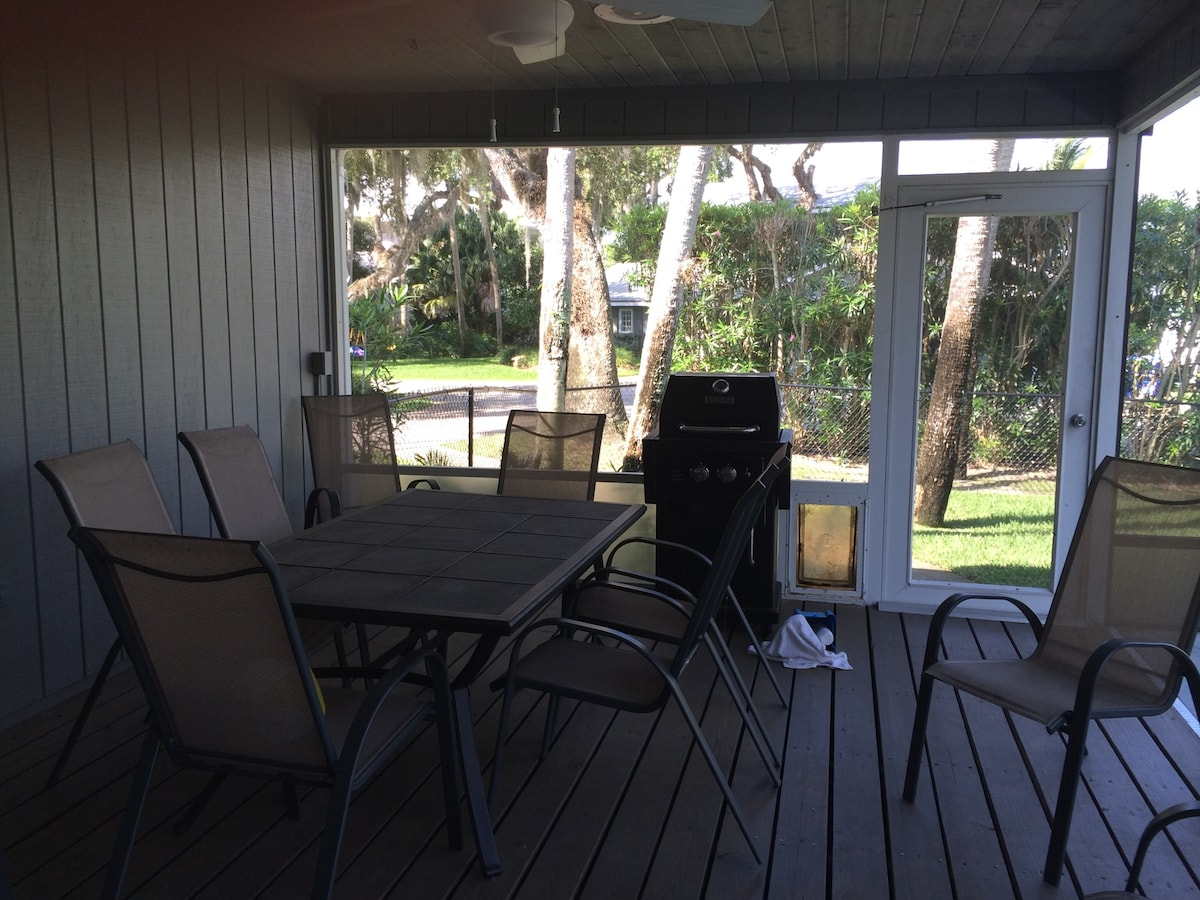 Outside enclosed eating area , grill and lap pool