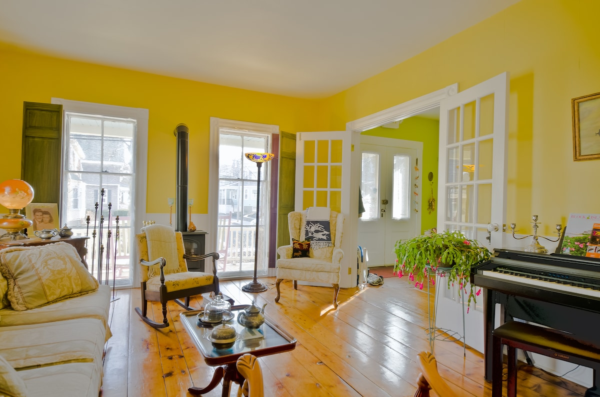 The living room has great hardwood floors. It also has a digital piano and gas fireplace.