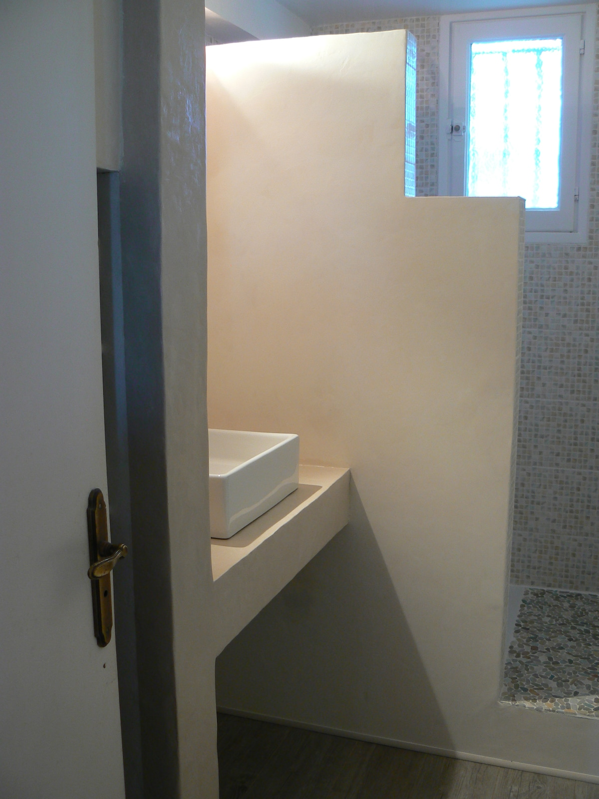 Your brand new bathroom with a 90 x 120 shower.