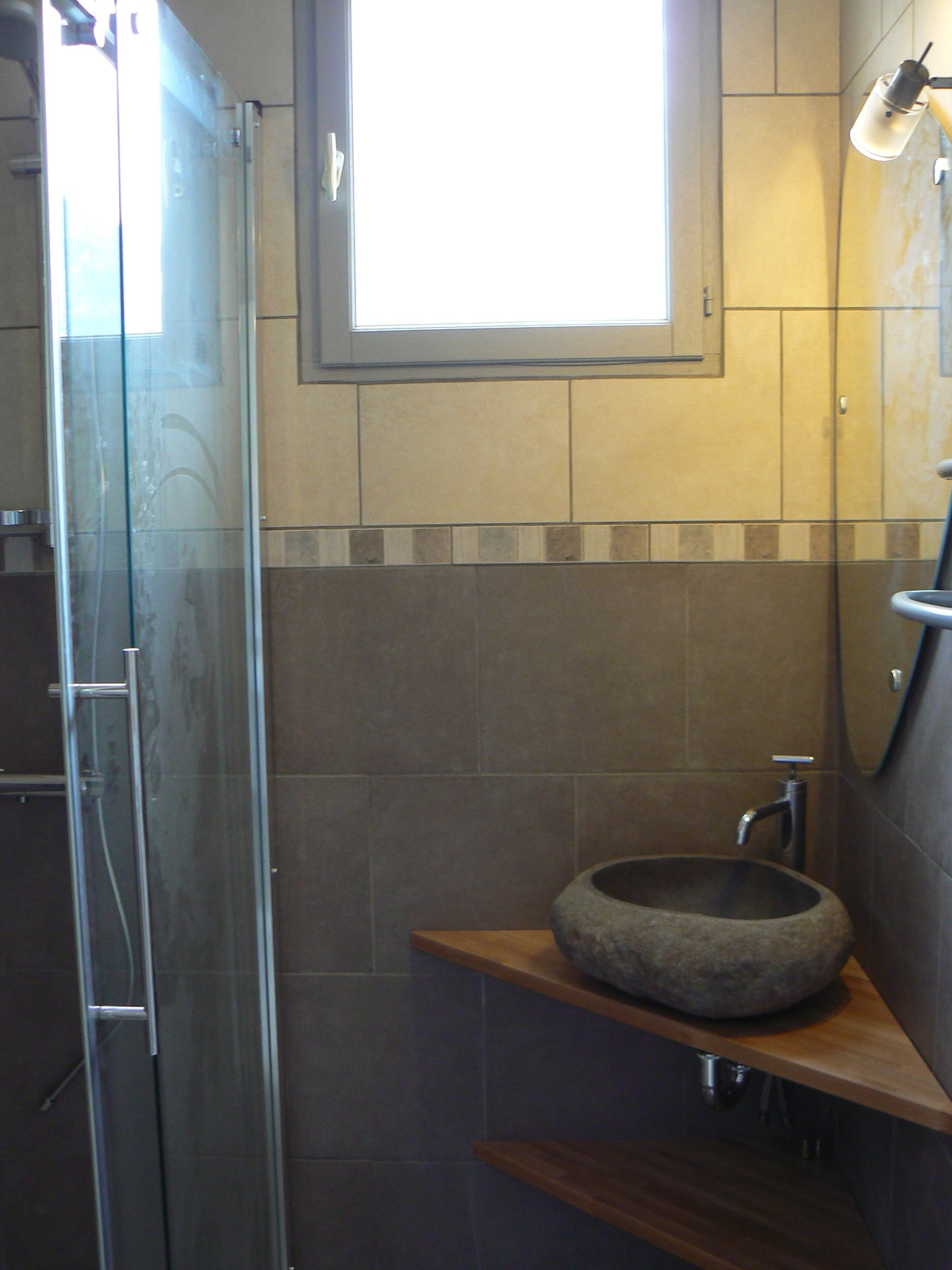 la salle d'eau de la chambre avec sa grande douche à l'italienne
