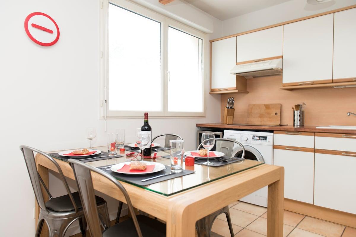 Dining room 1 (with a stylish oak family table) / Salle-à-manger 1 (avec une élégante table de famille en chêne)