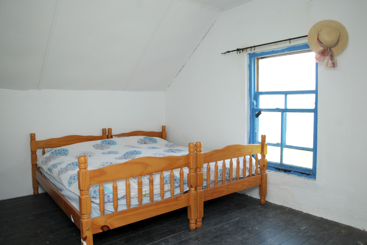 Room newly renovated double bed perfect for couples or individuals who want a private room. Can also put extra bed for family room if required.