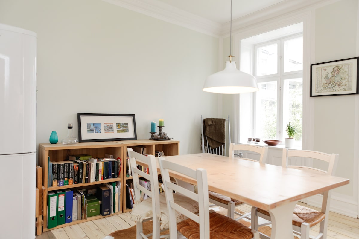 Light dining area with southern faced windows towards the garden