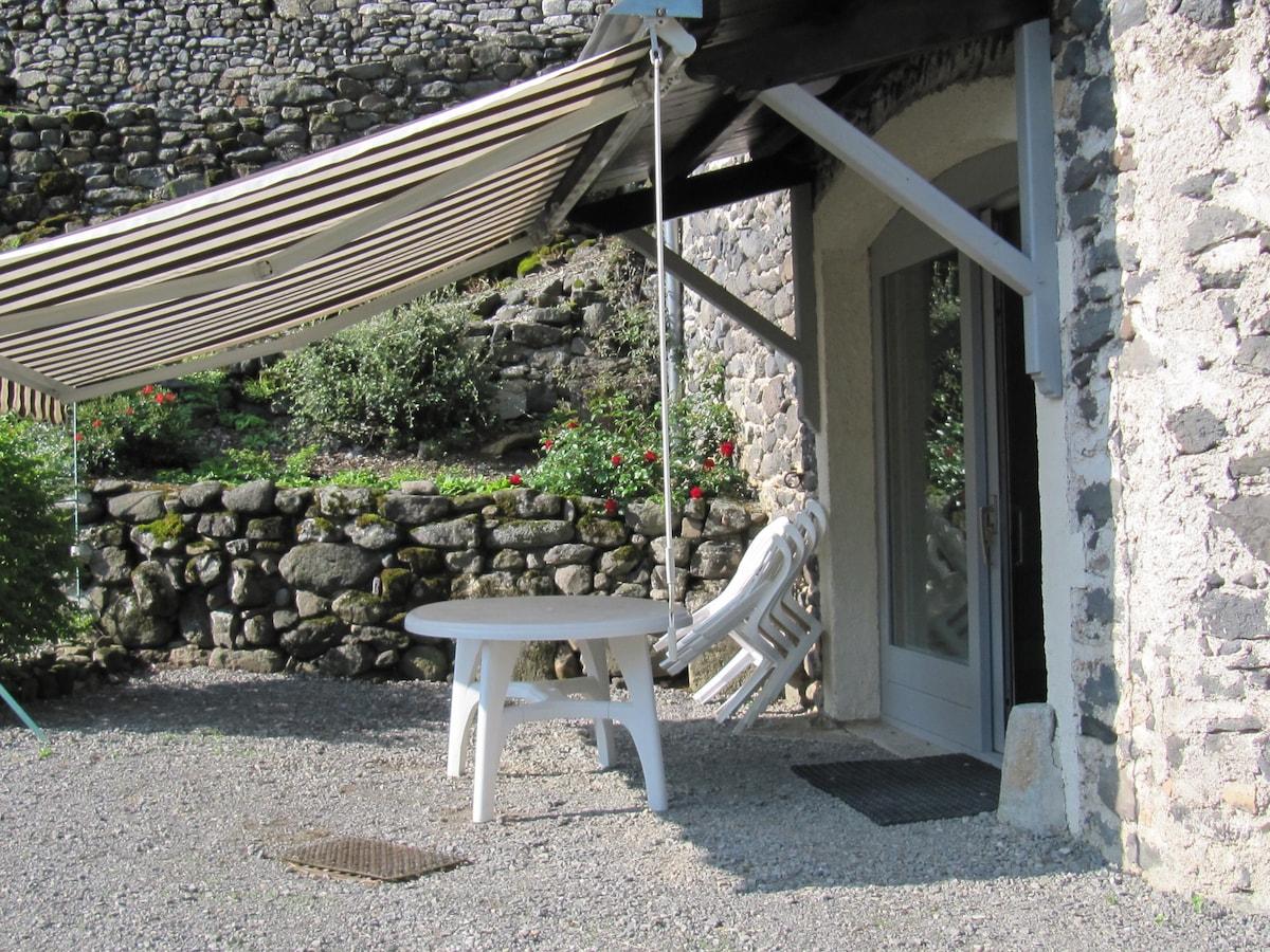 """La terrasse du gîte """"les mûriers"""""""