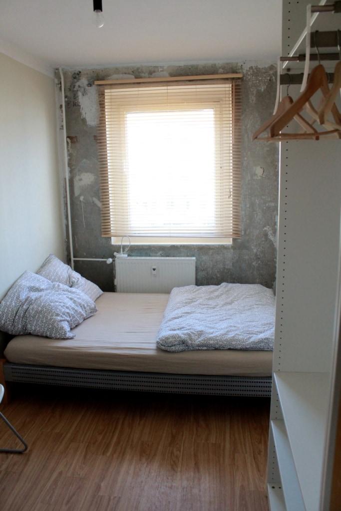 Schlafzimmer mit Doppelbett und 2 Kleiderschränken