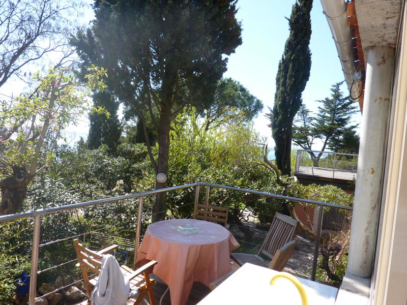 Petite terrasse sur jardin, soleil levant/ Terrace n°2 with the view on the garden.