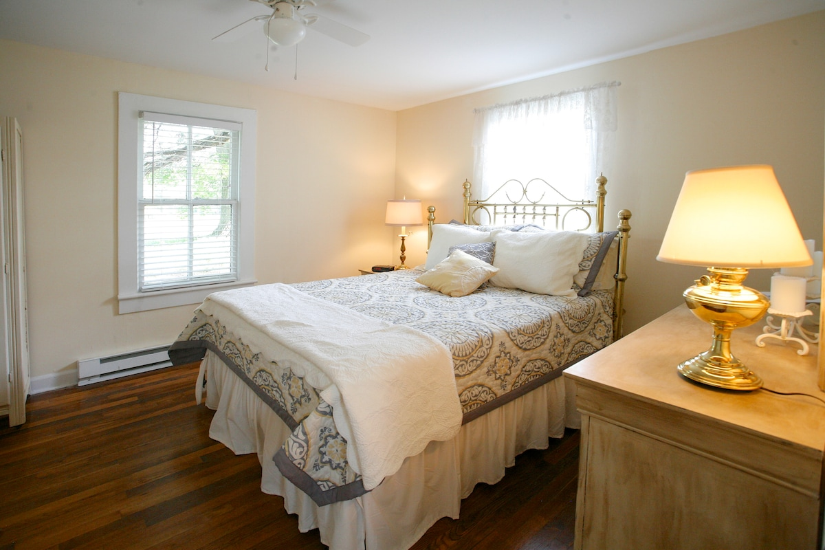 SHADE TREE COTTAGE, a southern gem!