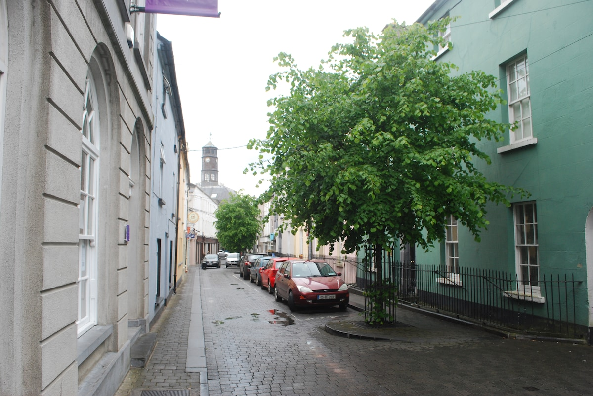 Apartment is situated on beautiful tree lined William Street