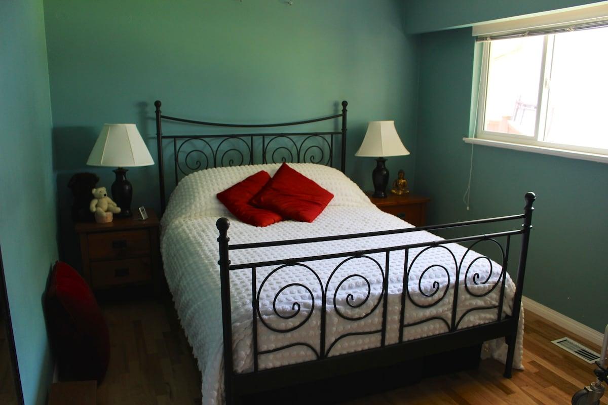 Queen bed in calm neighbourhood