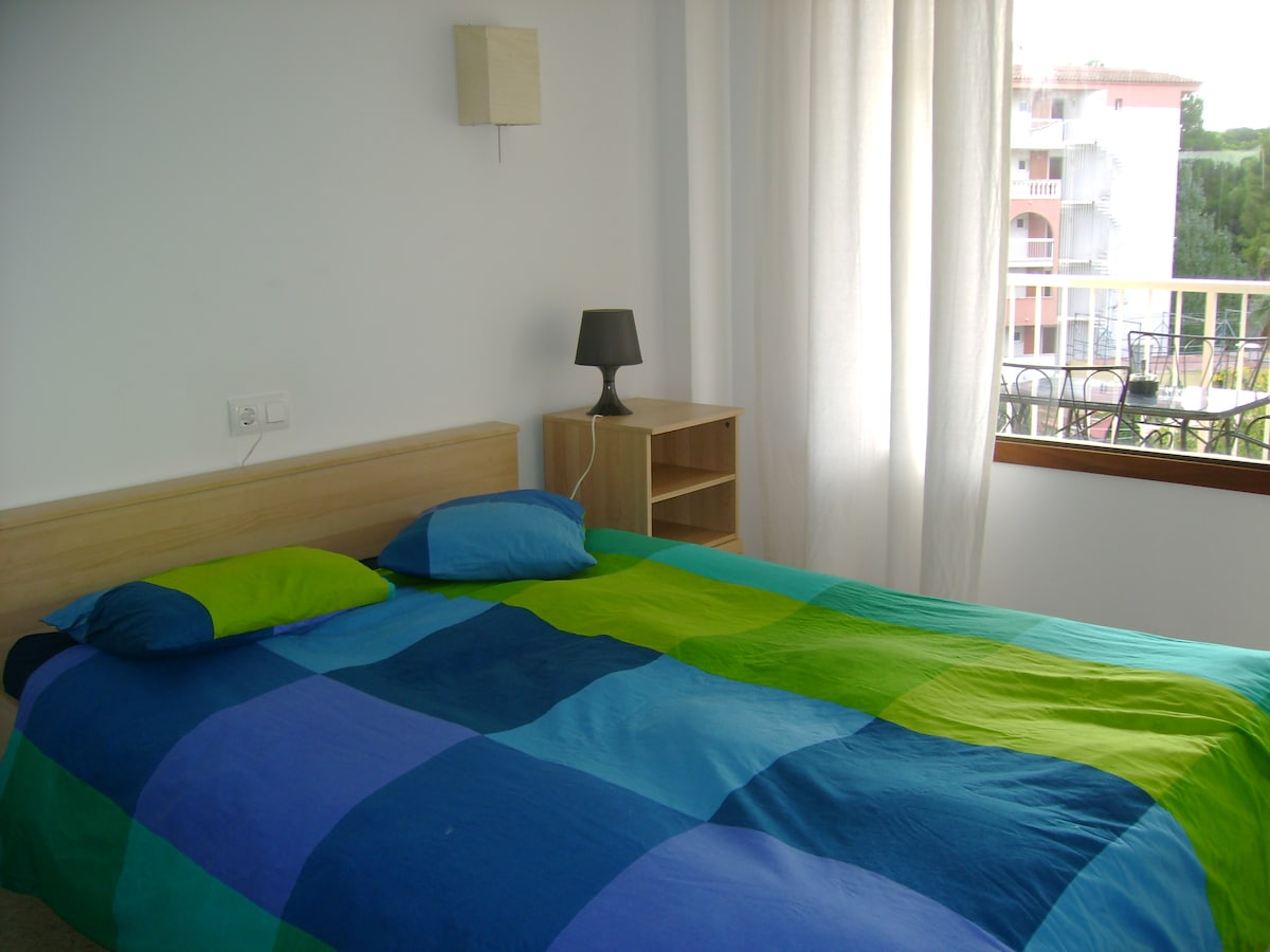 Habitación con cama de matrimonio. Salida terraza.