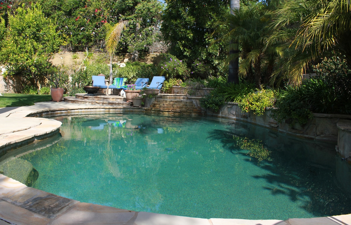 Peaceful private yard, lounge by the pool and jacuzzi