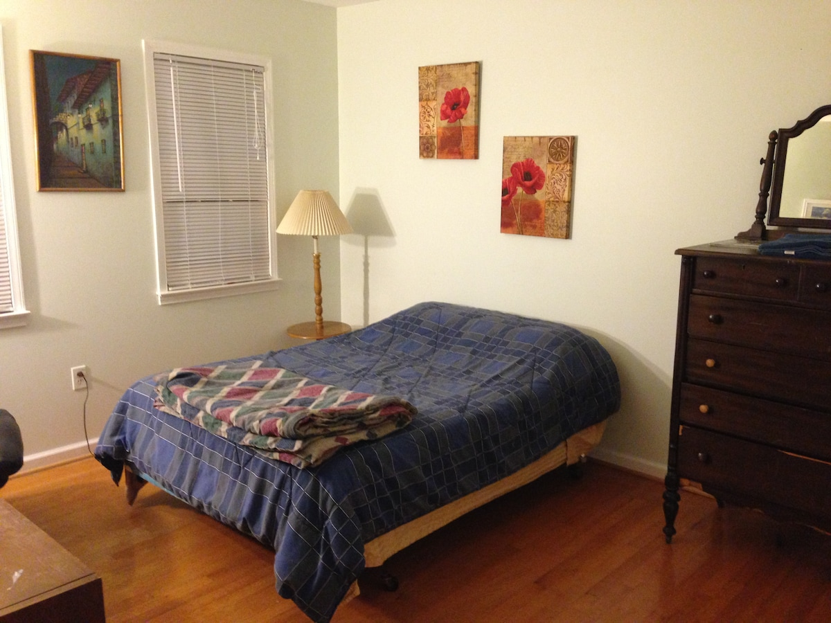 Affordable room close to airport