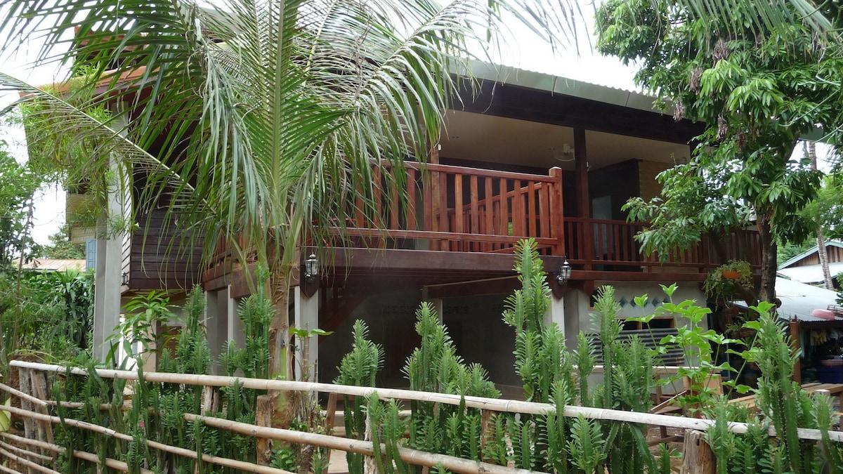 La maison donne sur une cour arrière et les jardins