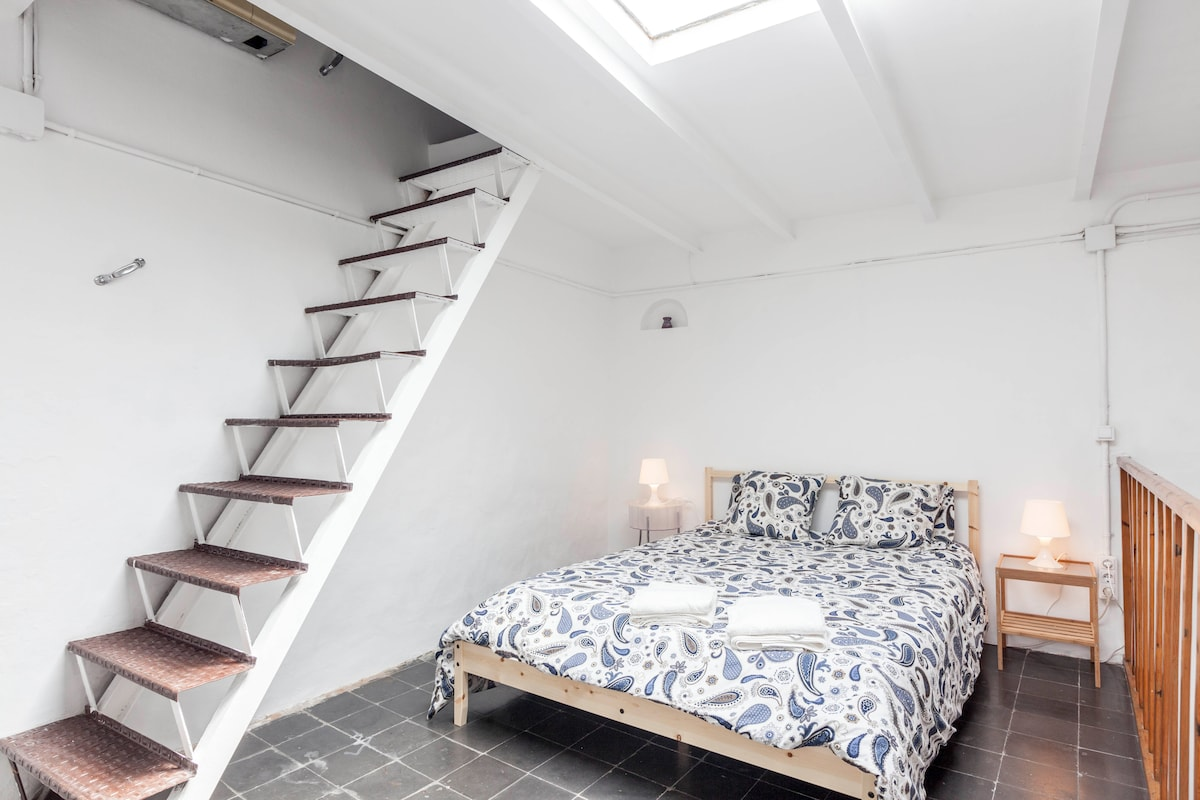 Private, double bed in Gothic