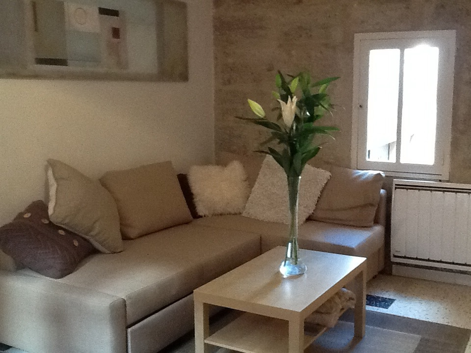 Light and airy lounge with a unique view over Rue des Litanies to the chateau