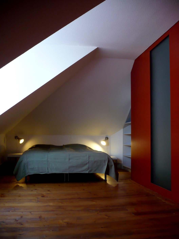 Schlafbereich mit Doppelbett und Einbauschrank