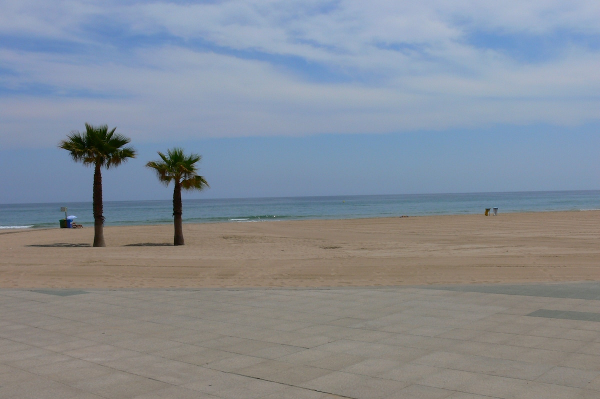 2 bed apartment 350m from the Beach