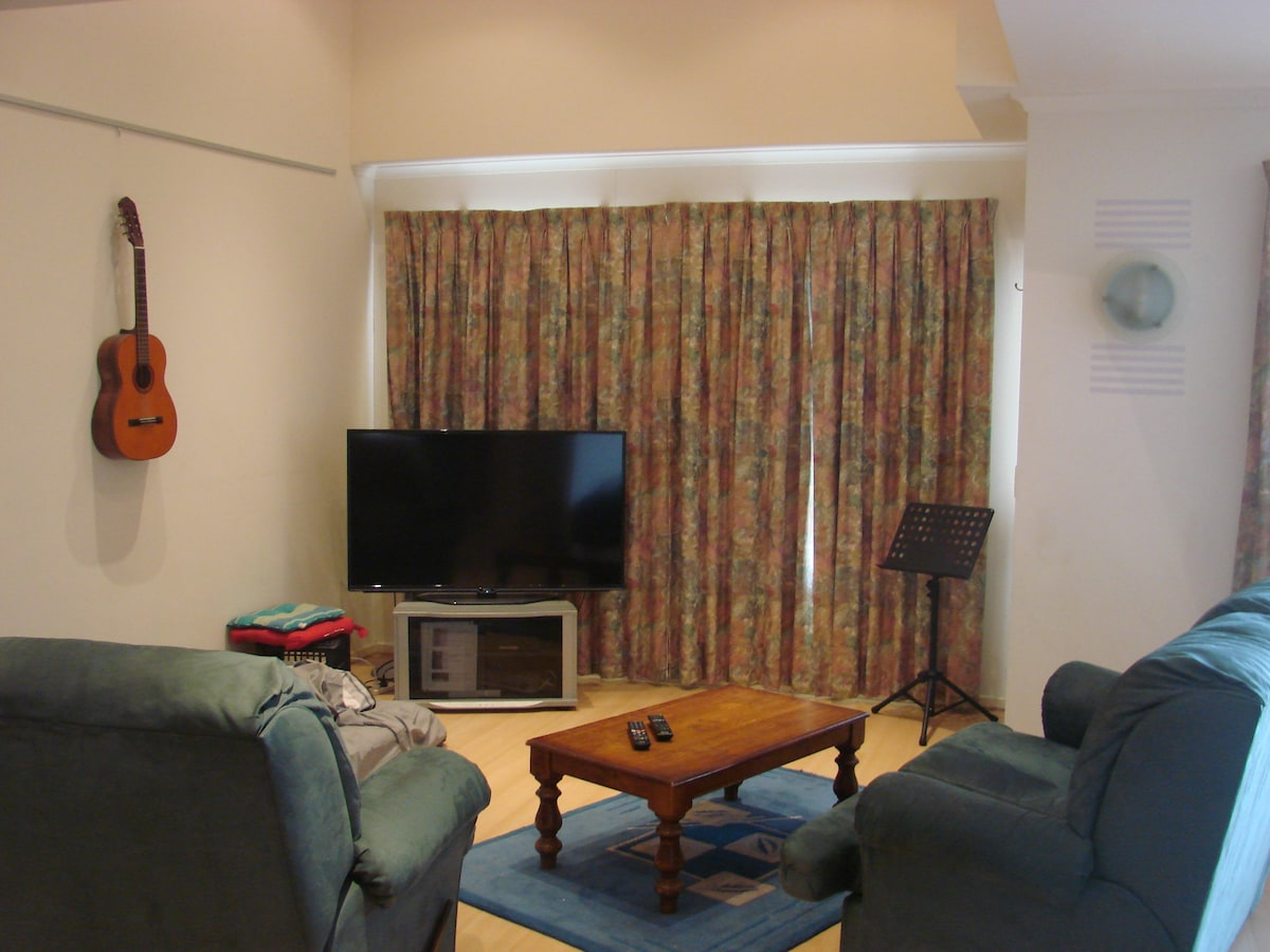Lounge: Smart HDTV, DVD, WIFI (high speed ADSL) included, intercom.