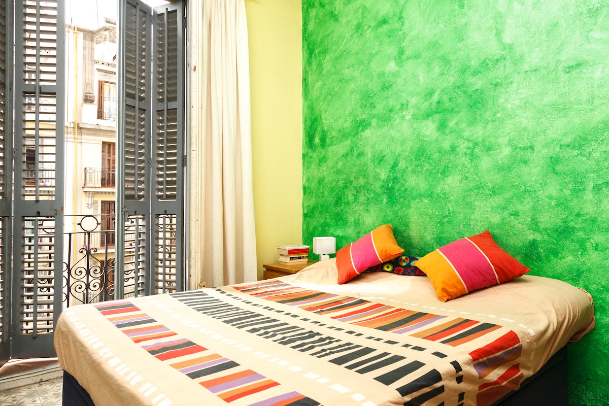 beautiful exterior double room in the heart of Barcelona