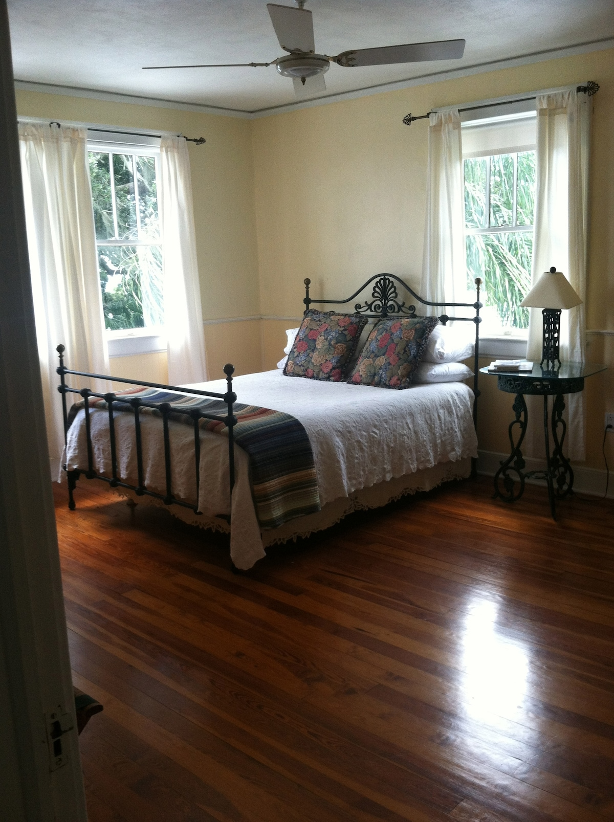 Yellow Room Riverfront -Queen Bed Shared bath.