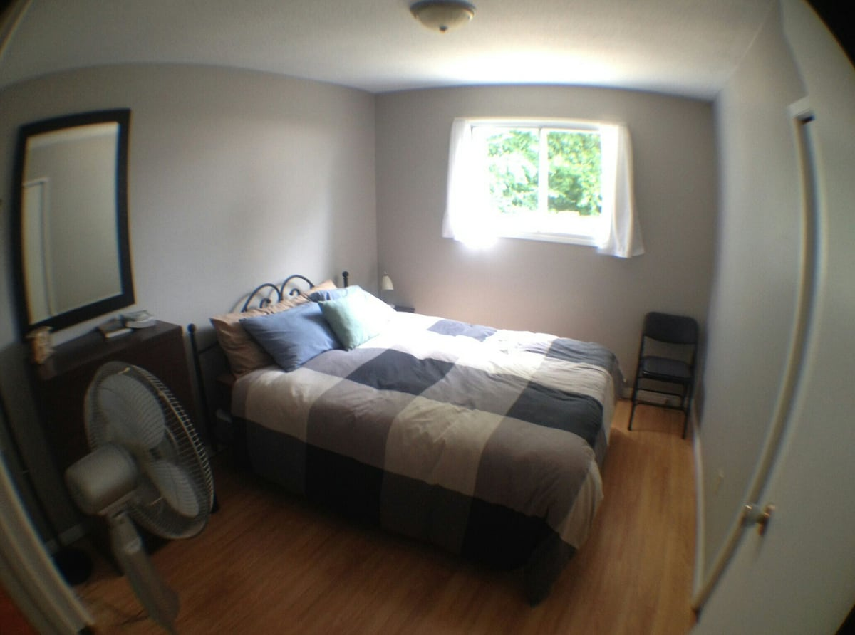 Cozy private room near DT & beaches