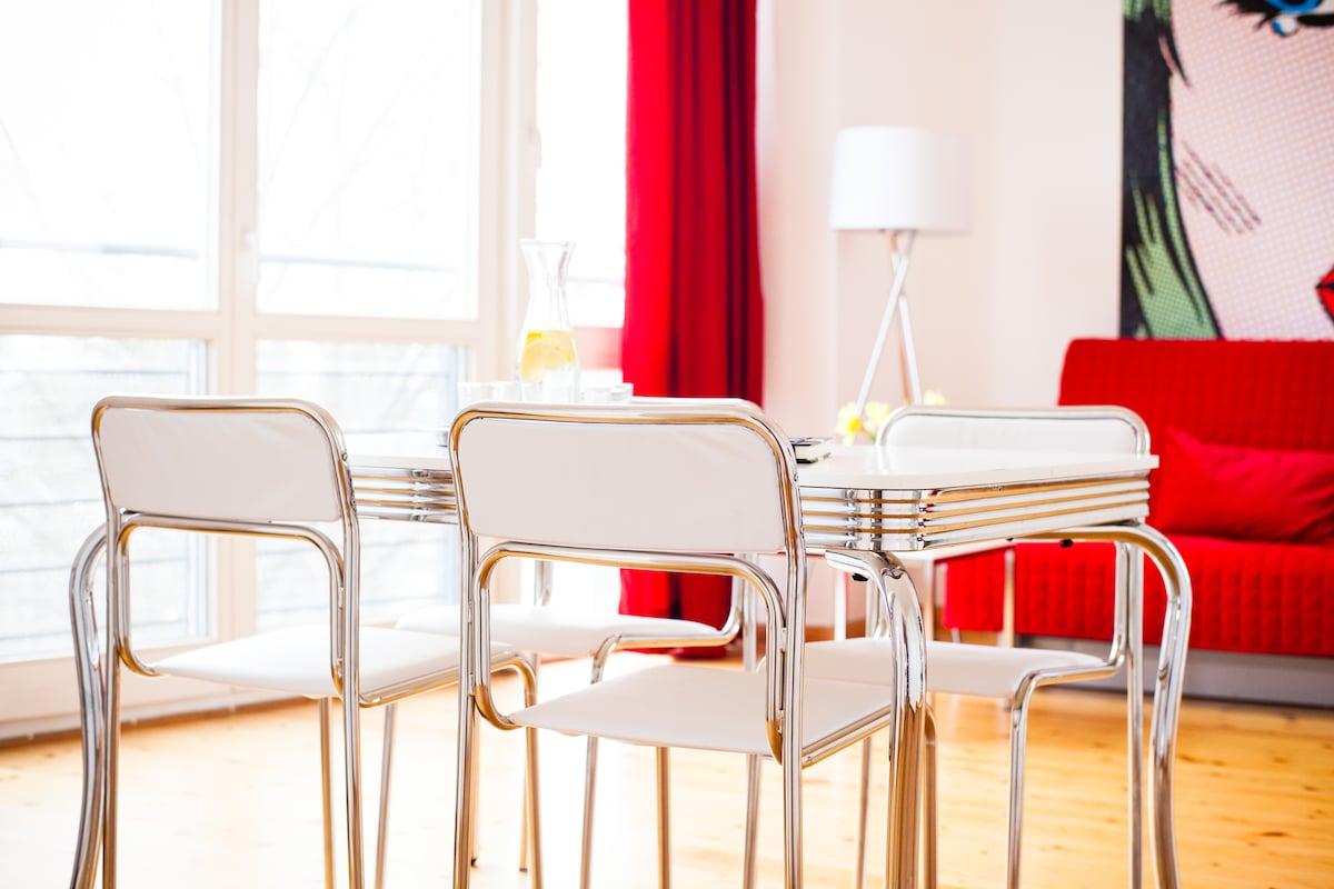 FREIRAUMWOHNUNG II - mit bis zu 6 Personen sitzt man am großzügigen Esstisch im Wohnzimmer (2 weitere Stühle stehen bereit)