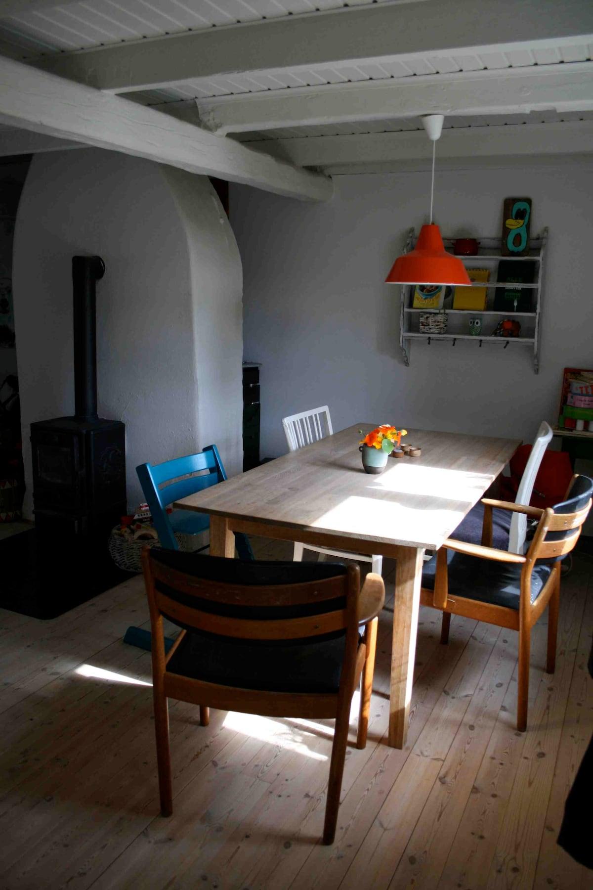 Køkkenalrum med brændeovn.