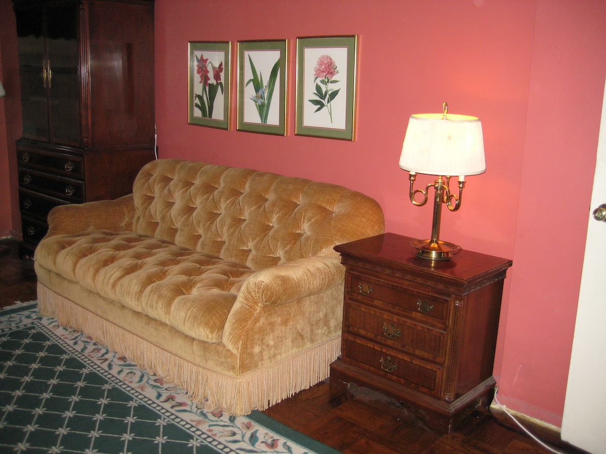 Great room with priv/bathrm East 70