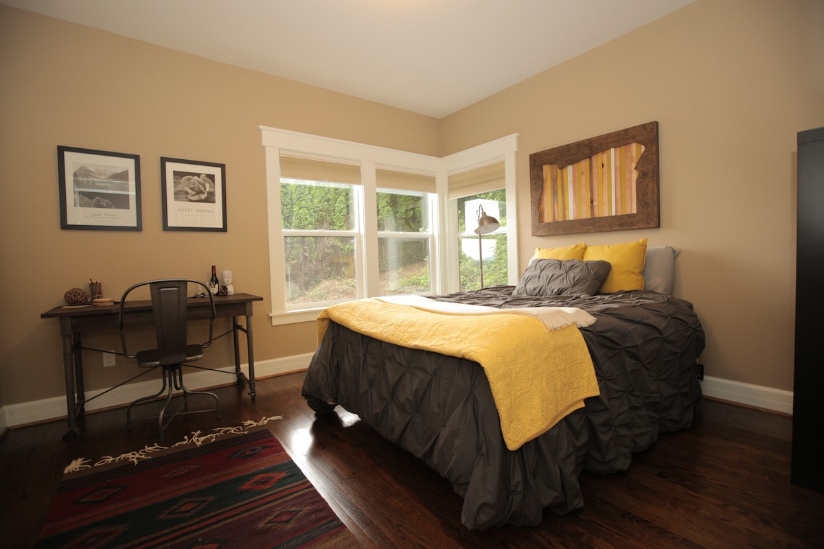 Large room w/ prvt attached bathrm