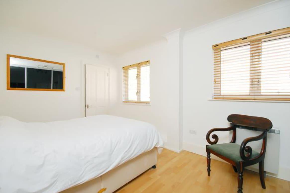 Master King Bedroom en Suite, 1st Floor. Private en suite bathroom with shower, toilet and sink