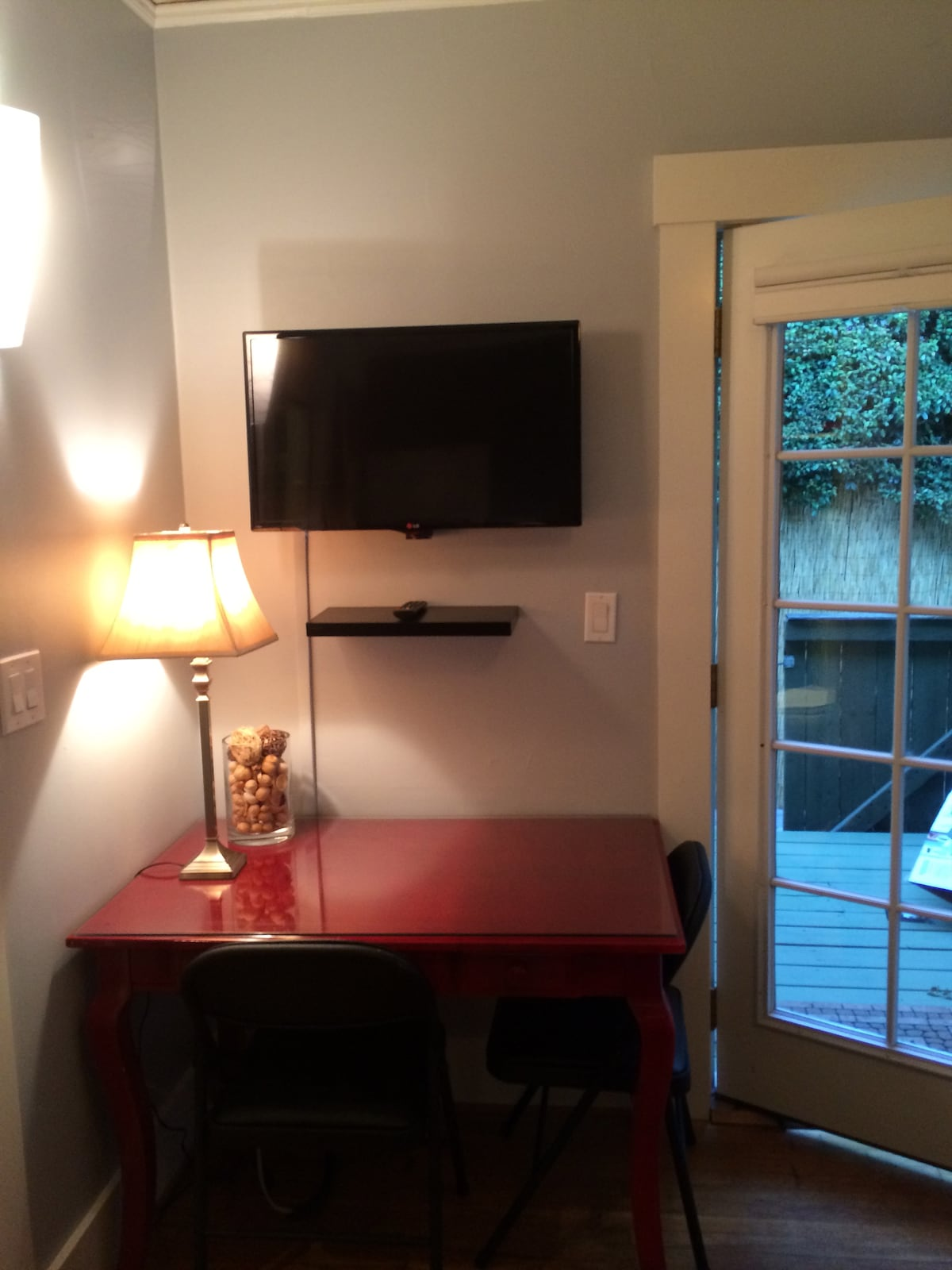 Watch NETFLIX free! Desk for computer and TV with Wi-Fi and Apple TV.