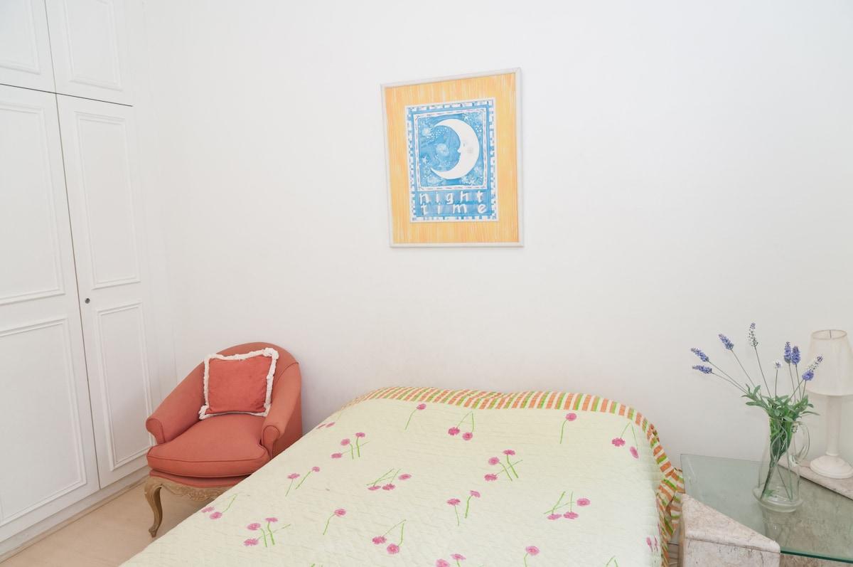 Bedroom 1 + bathroom (suite)
