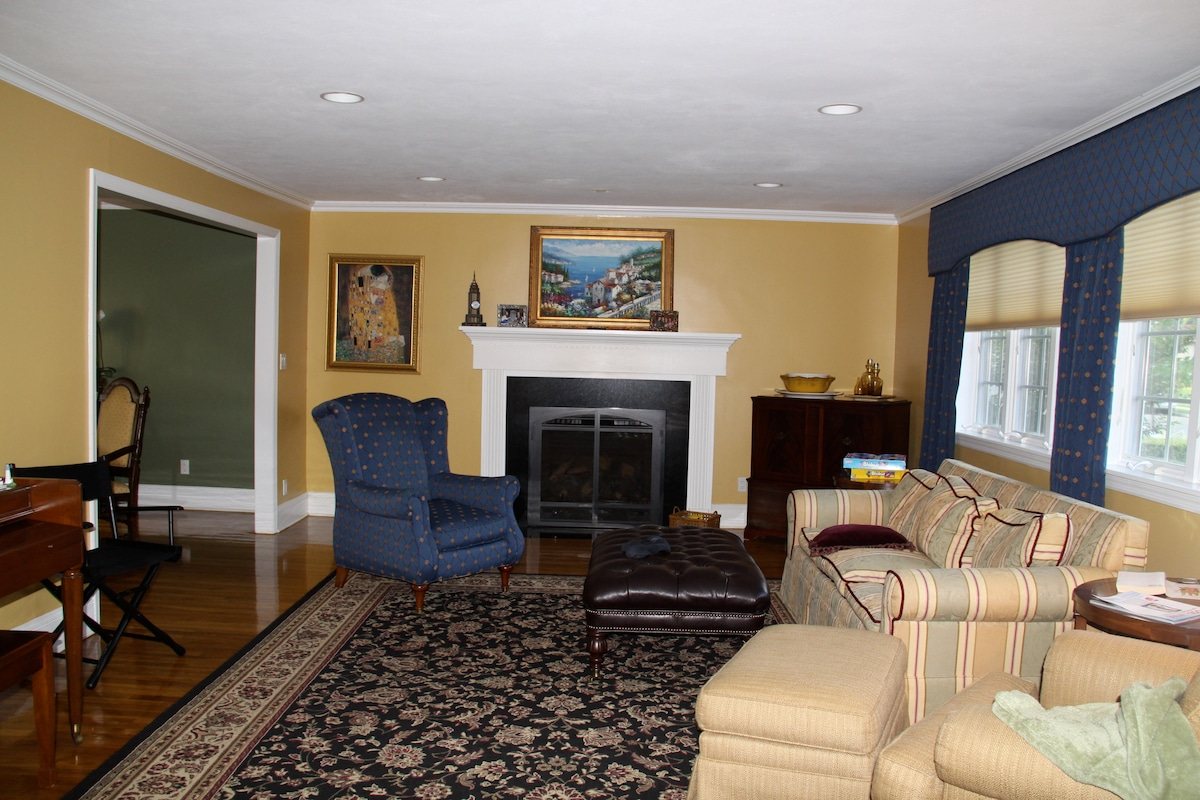 The living room has a remote controlled gas fireplace for instant heat. Great room for relaxing and reading.