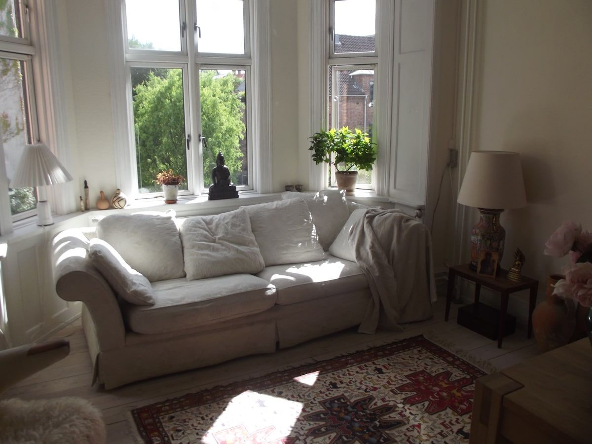 The living room - very light and with a view to the garden