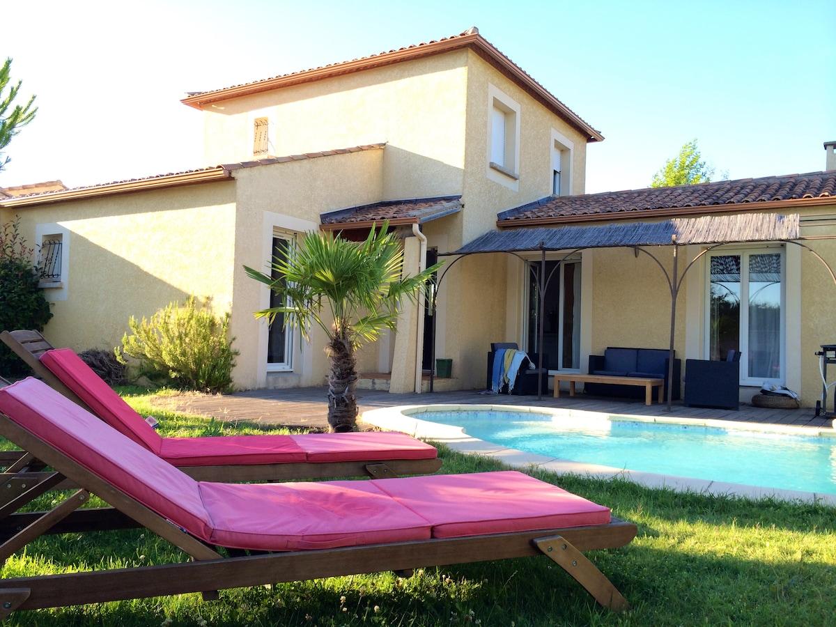 Belle villa très lumineuse avec piscine et jardin paysagé…