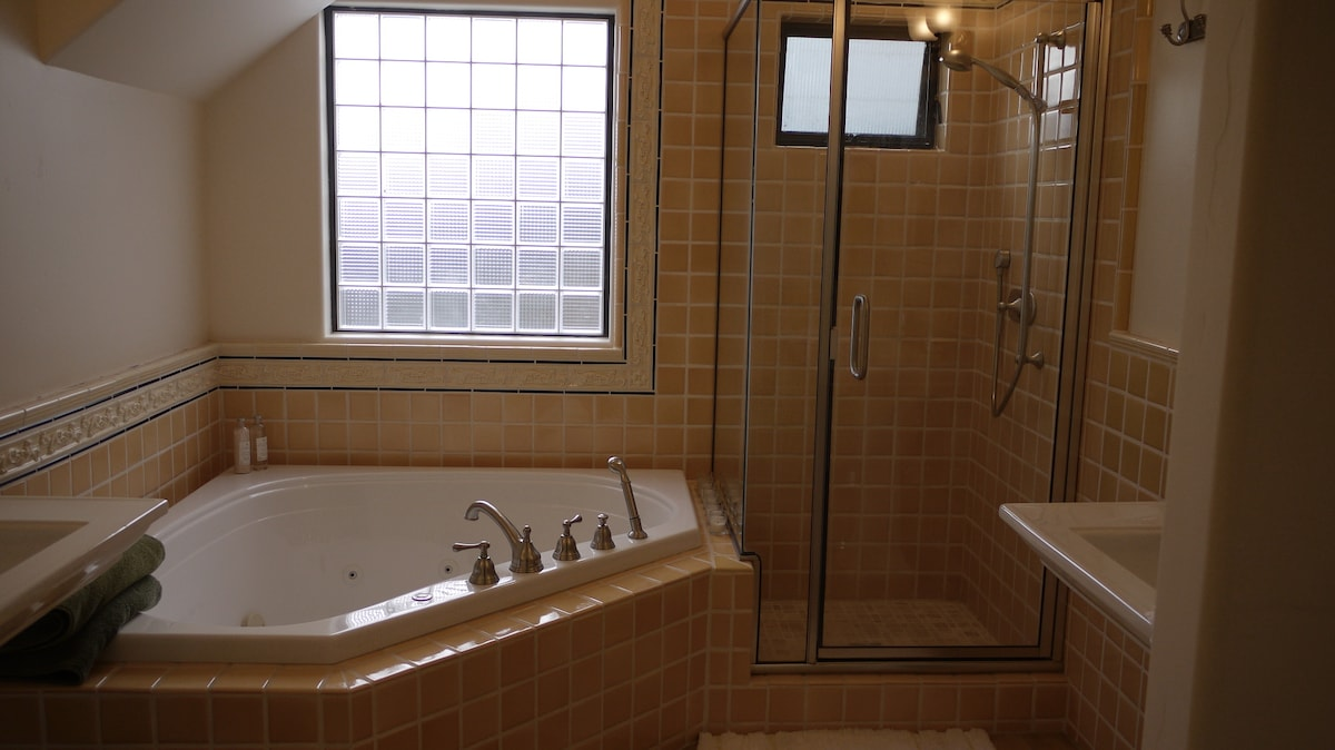 Full ensuite bath with shower, dual sinks and jacuzzi tub.