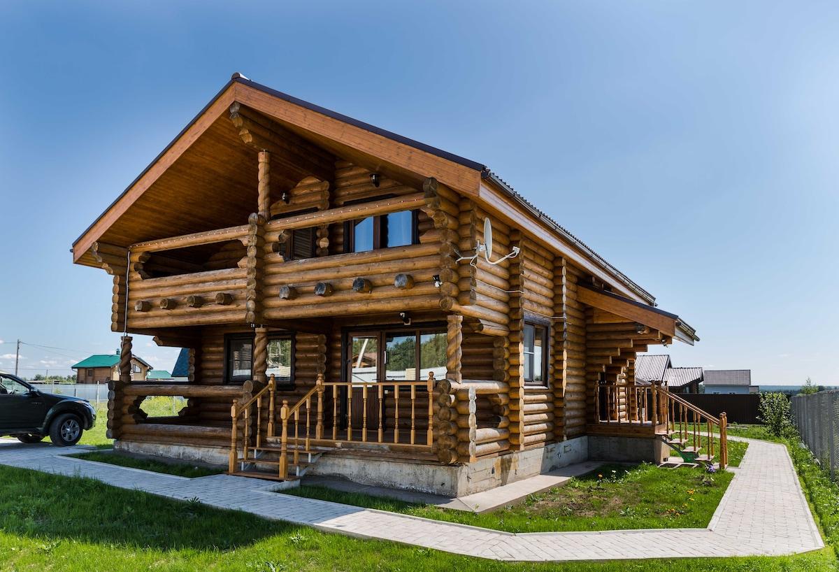 Дом из бревна с видом на озеро
