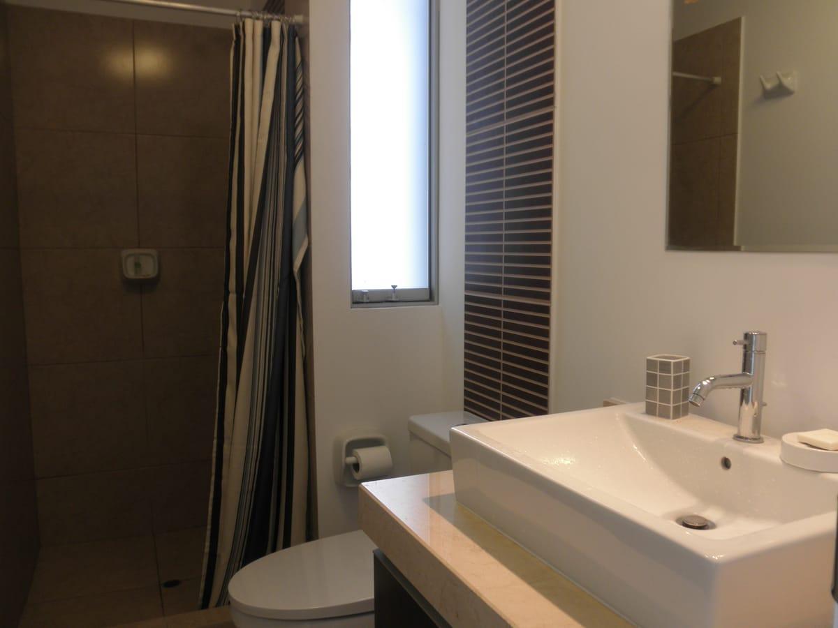 Bathroom of the main room Baño del cuarto principal