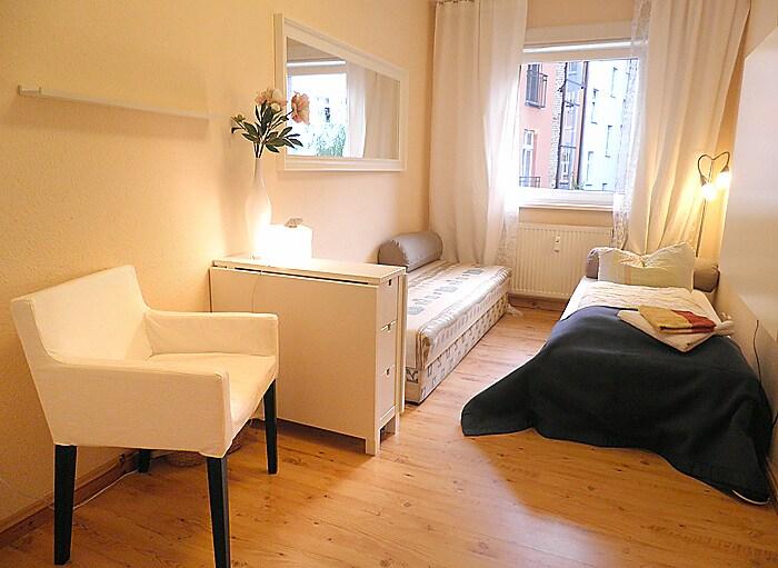 Gästezimmer. Betten können zusammengeschoben werden, Tisch kann ausgeklappt werden, TV ist im Schrank rechts versteckt.