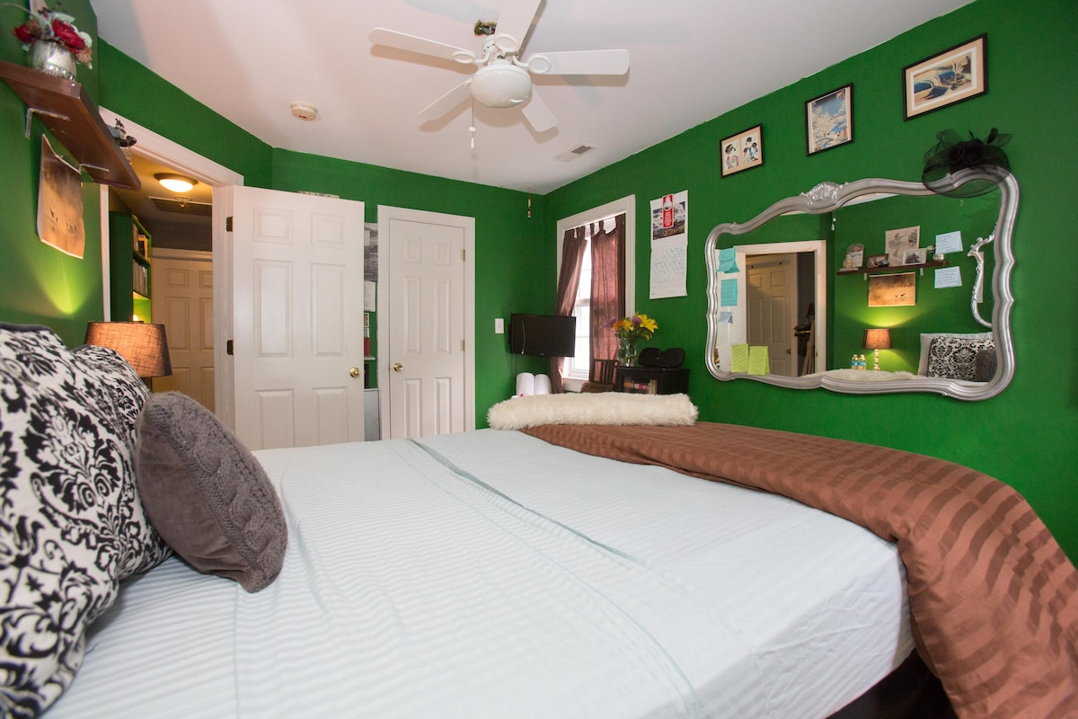 Queen Bed, Cozy Rm & Walk 2 UVA&DT!
