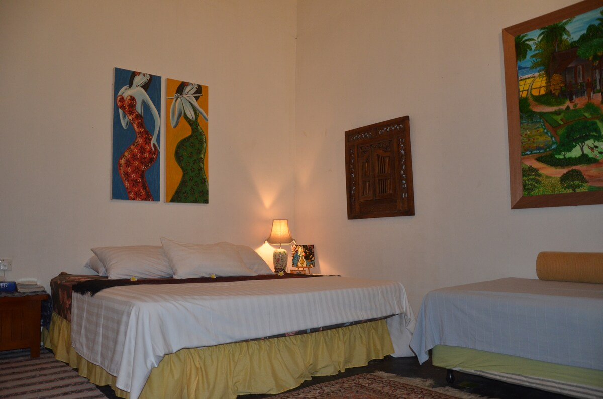 King-sized bed & 1 super-single bed/daybed. Aug 2014
