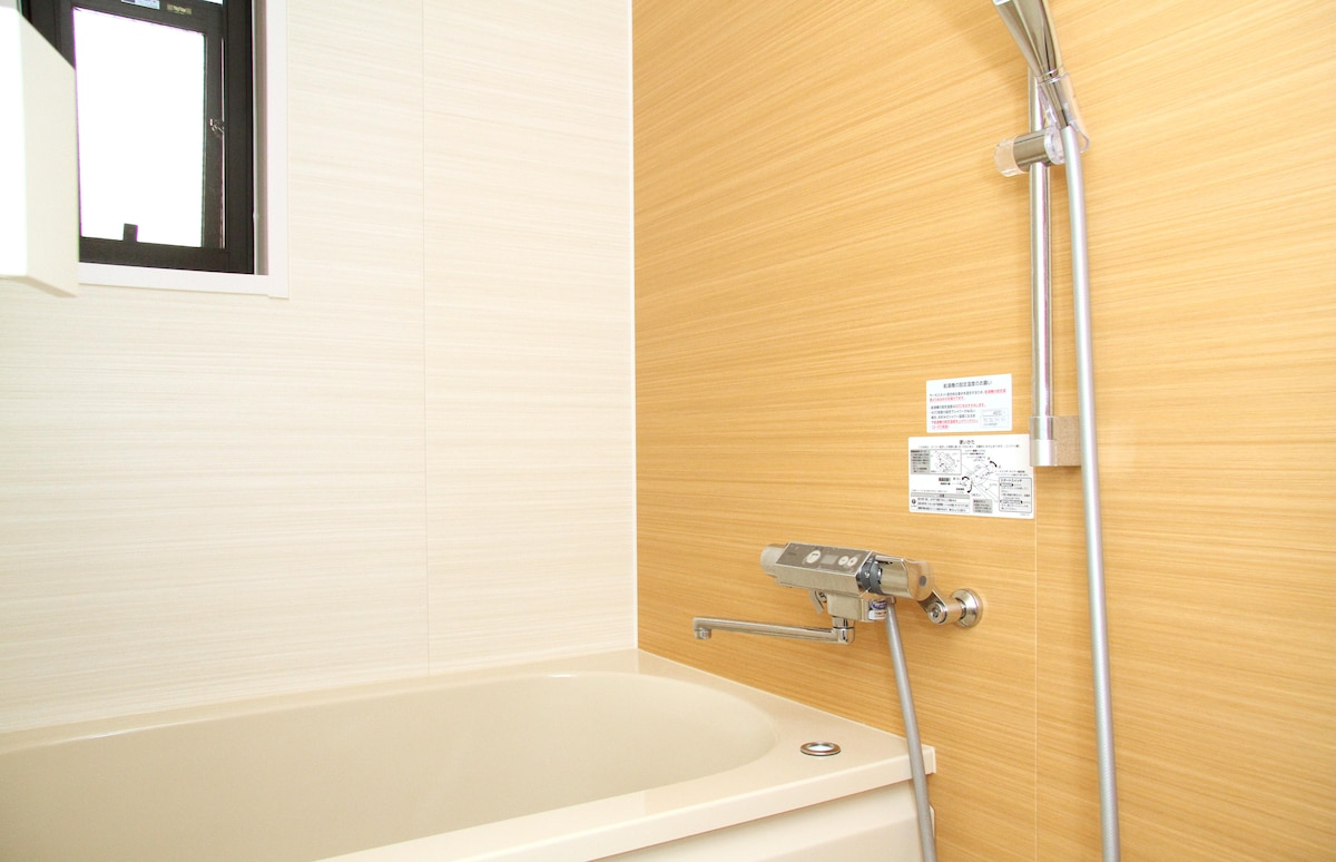 Bathroom with great water pressure and water temperature control