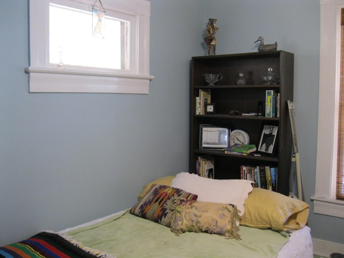 Room, Univ. Circle/Little Italy