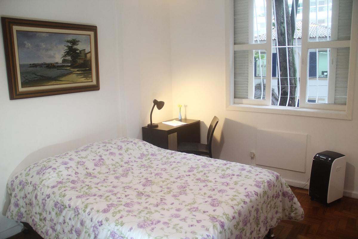 Charming bedroom in Botafogo