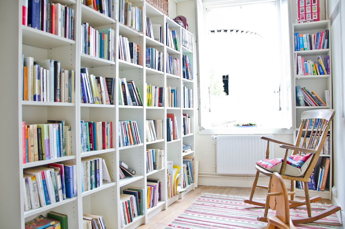 guests library area well stocked with english novels, some french novels, plenty of guide books and information on local area.