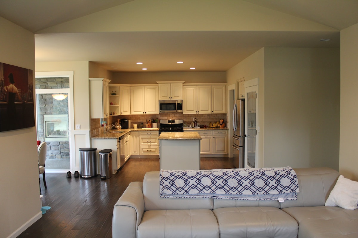 Spacious kitchen & relaxing living room with fireplace