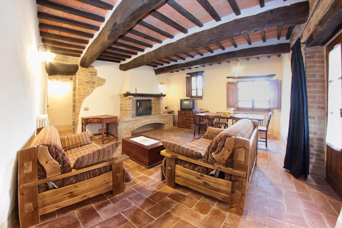 La sala da pranzo con il camino in pietra
