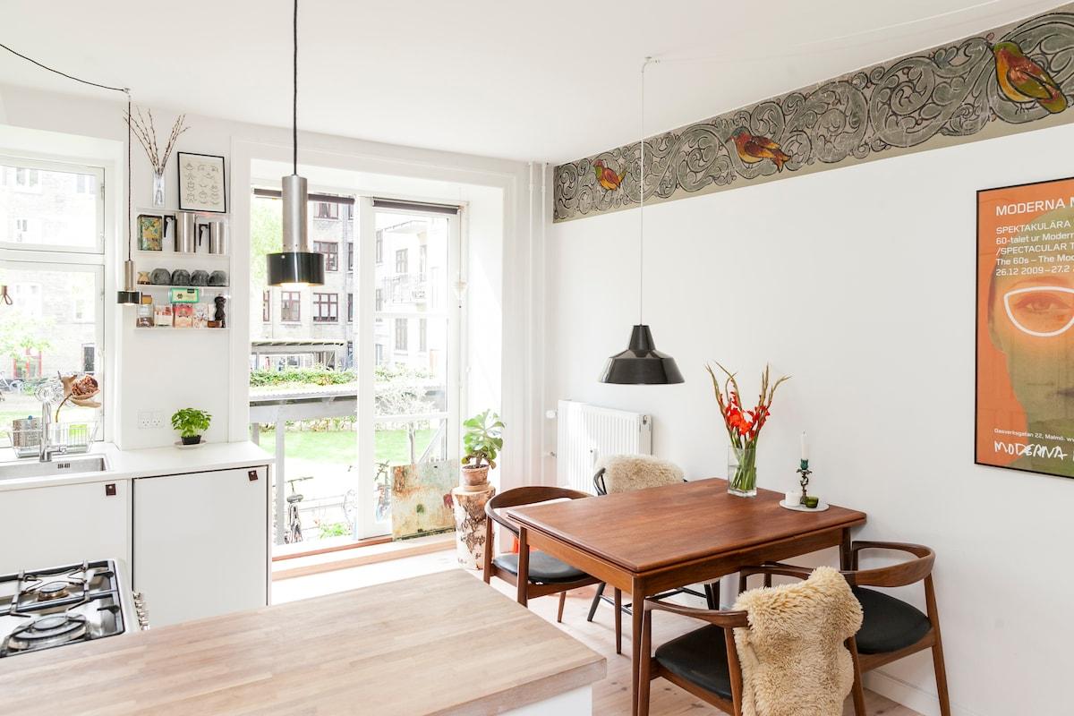 Central & light apartment w garden
