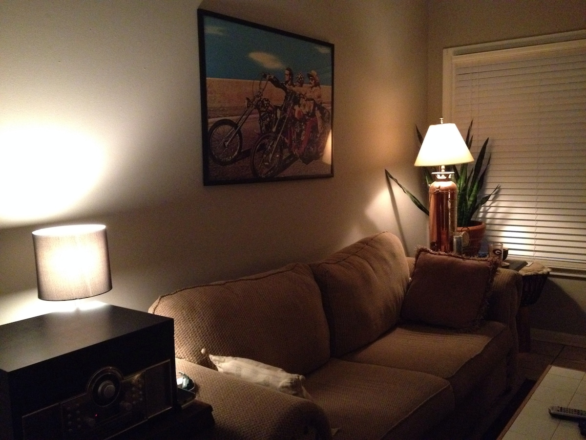 Private Room 15min Walk to Downtown